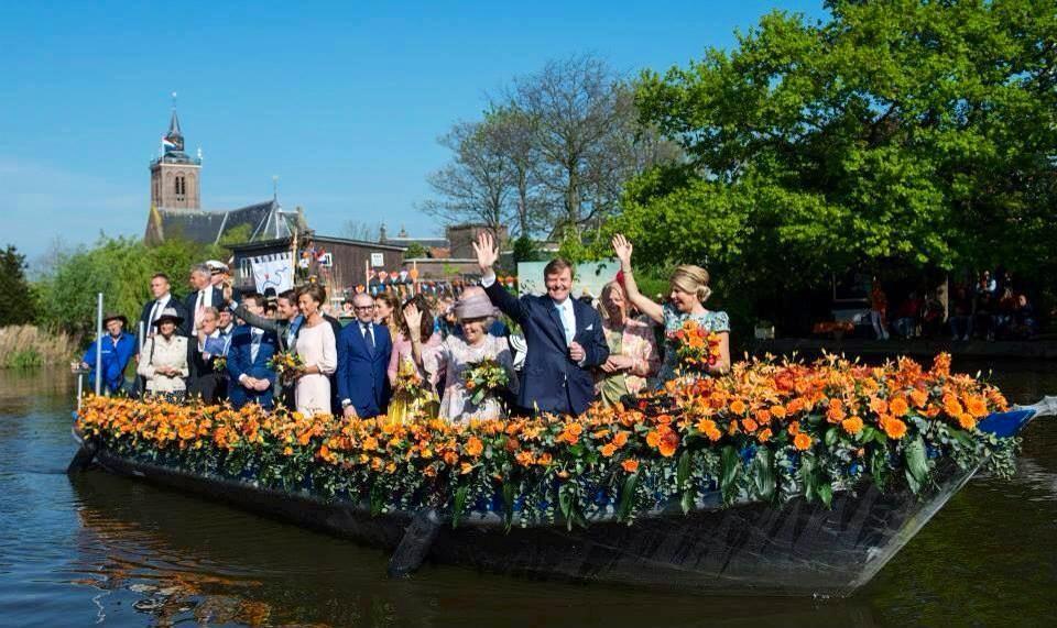 Koninklijke familie aan boort op koningsdag 2014